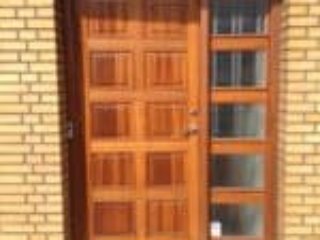 Billede af mahogniyderdør med frisede fyldninger og glasparti