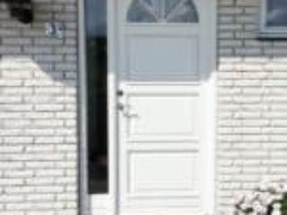 Hvid hoveddør med glas i bue og sideparti indadgående