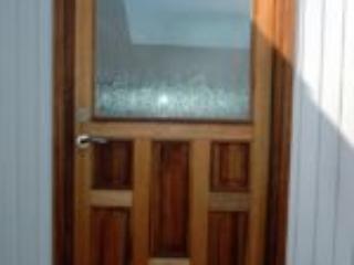 Mahogni facadedør med fyldninger og glas med mønster