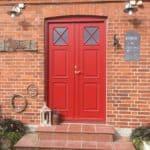 Rød dobbelt yderdør med kryds i glas | Dør med bue