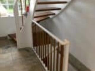 Den øverste trapper starter med et rundet gelænder og stolpe
