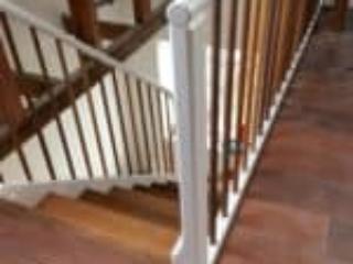 Rund håndliste ovenpå en firkantet post i trappe på Sjælland