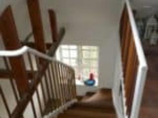 Billede af trappe i entre med mahognibalustre og mahognitrin