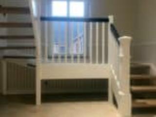 Specielt designet stolpe og repos foran vindue på halvsvingstrappe