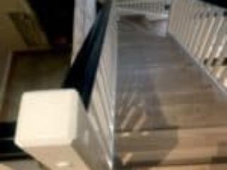 Trappeløb med gelænder på begge sider og egetrin