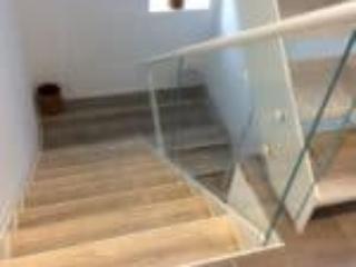 Glasværn på ståltrappe med repos udført som halvsvingstrapper