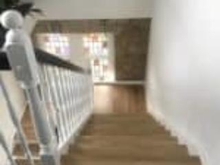 En 180 graders trappe med sort håndliste og klassiske udskæringer
