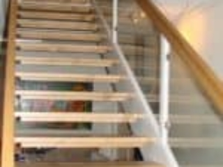 Ny trætrappe med børnesikringslister og glasgelænder