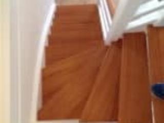Kældertrappe hvor trin er i bøg men malet som lys mahogni