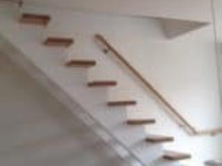 Indendørs trætrappe med vanger under trin og uden gelænder