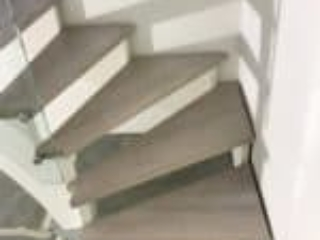 Trapper som er opsadlede monteres ofte lidt afstand fra væggen