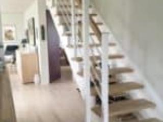Billede af ny trappe monteret i moderne parcelhus