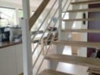Flot trappe med balustre som følger trappen og egetrin
