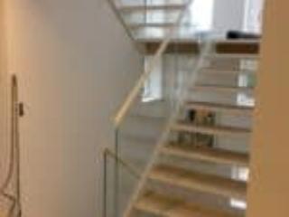 Billede af indendørs ståltrappe med glas og trætrin i egetræ