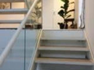 Ståltrapper med glasgelænder giver et flot moderne design