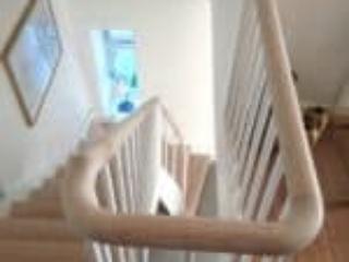 Det buede gelænder er flot på trapper med rund håndliste