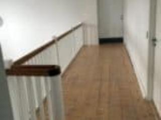 Trappe med gelænder omkring trappeåbning i flot design