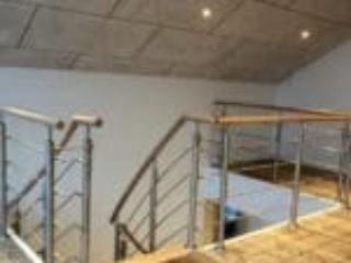 Trappens gelænder fortsætter rundt omkring trappeåbningen