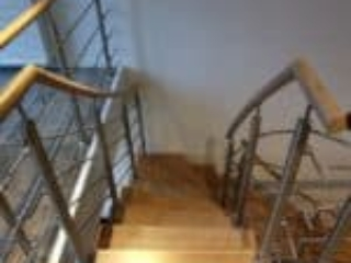 90 graders trappe med stålgelænder og træhåndliste