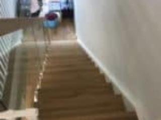 Flot trappe med glasgelænder i et moderne design
