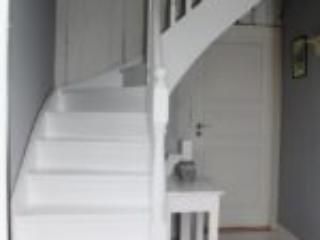 Hvidmalet kvartsvingstrappe med klassisk design og stødtrin