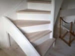 Trappe afsluttet uden gelænder for at trappen fylder mindre