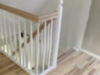 Billede af trappe med gelænder som afsluttes imod en skråvæg