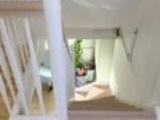 Trappe i mere moderne design i hvidmalet bøgetræ og asketrin