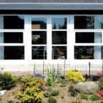 Terrassedørspartiet til haven med tophængte vinduer