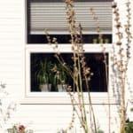 Vindue i pvc monteret i træhus i Jylland