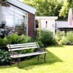 Skrå vinduer i hyggeligt havemiljø