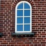 Hvid fast vindue med bue og sprosser