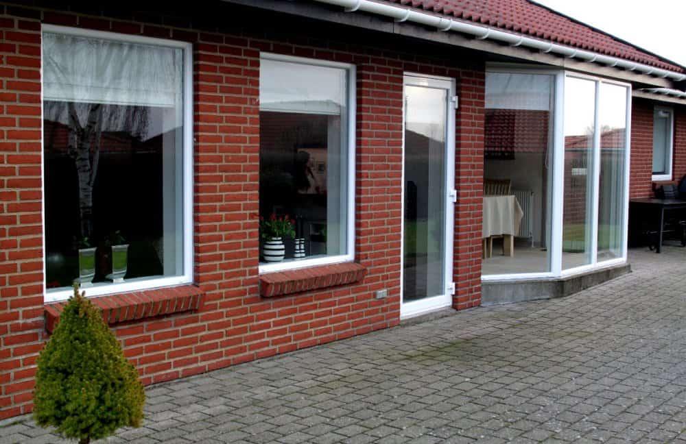 Plastdøre og vinduer ved terrasse.