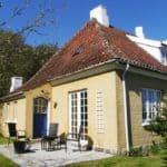 Hyggelig baghave med yderdør i frisk blå og hvid terrassedør