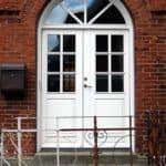Dobbelt facadedør med bue og glas i vifte