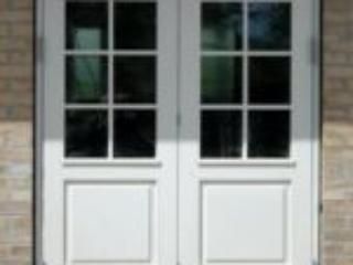 Hvid dobbelt terrassedør med fyldninger og smalle sprosser