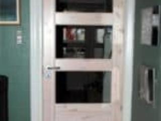 Lys indvendig fyrretræsdør med karm og hvidmalet dørliste