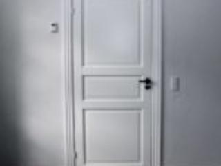 Moderne hvid indvendig dør uden glas med tydelige fyldninger