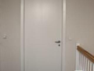 Indvendige celledøre med lister og karm samt lakeret bundliste