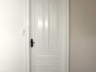 Hvide inderdøre med fyldninger til børnenes soveværelse