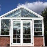 Dobbeltdør og elegane vinduer