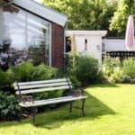 Skrå havestuevinduer i flot havemiljø