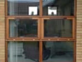 Mahognivinduesparti med tophængte vinduer