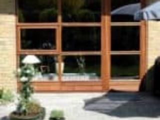 Mahognivinduer og døre til terrassen som er sammenbyggede