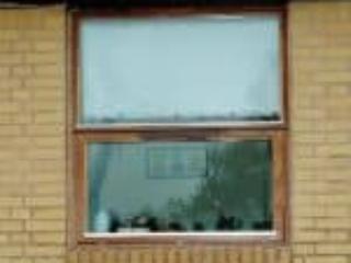 Billede af tophængt mahognivindue og fast vindue