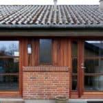Vinduer og døre i behandlet mahogni med glas i flot bolig
