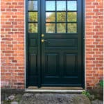 Hoveddøre i flot design med fyldninger og klart glas til huset