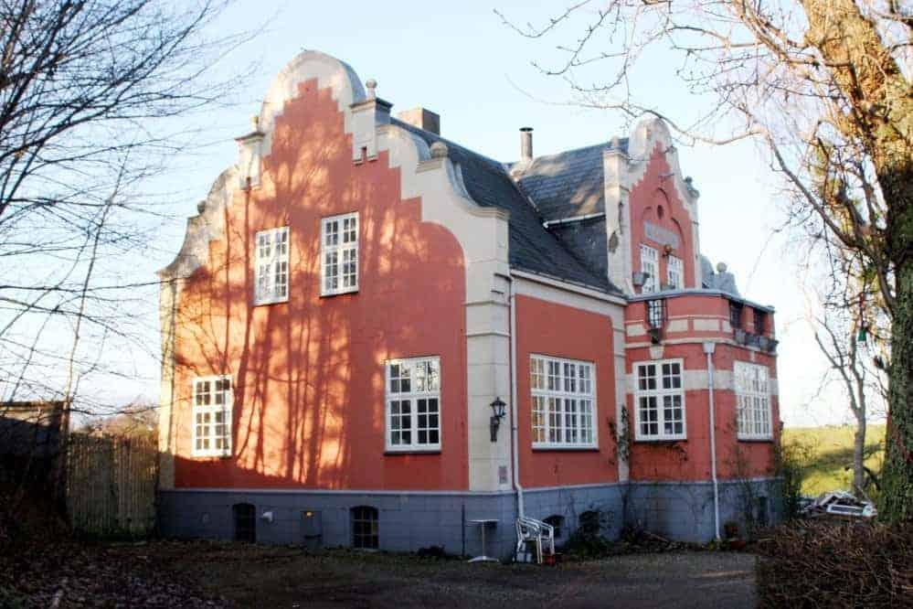 Palævinduer i ældre ejendom i herregårdsstil.
