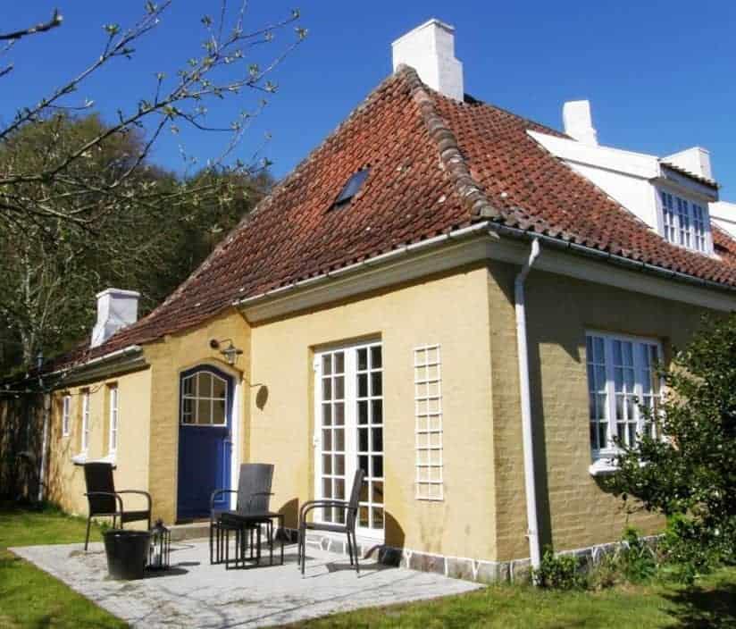 Gulstenshus med palævinduer og terrassedøre med palæsprosser