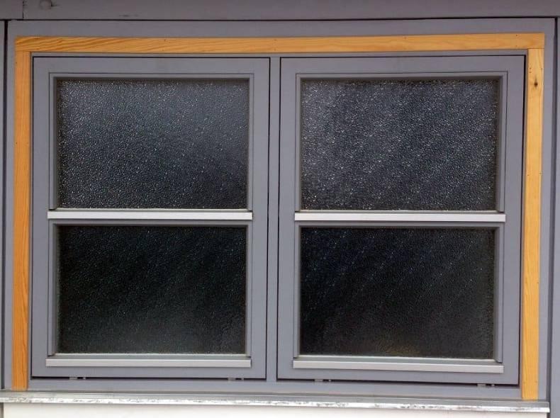 Topstyrede vinduer i to fag.
